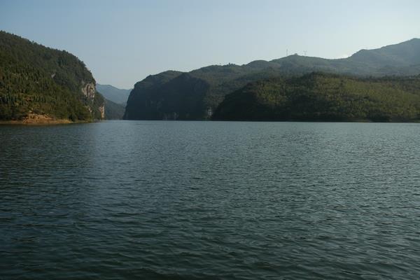 泱泱湖水中,点点绿岛轻漾其间,悠然摇曳,把白龙湖装扮得西子般秀丽.